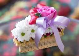 Дети маме на 8 марта: торт из цветов. Вместе с папой, конечно