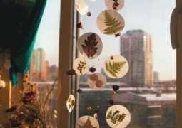 Осенняя поделка в детский сад: украшение для окна из осенних листьев
